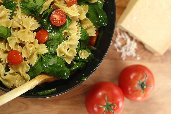 Pasta with Roasted Garlic, Fresh Spinach and Tomatoes